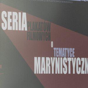 Plakat z tytułem wystawy Seria (biały druk) plakatów filmowych (czarny druk) o (biały druk) tematyce (rozmyty błękit) marynistycznej (biały).