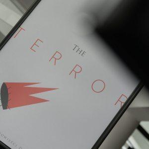 Ukośnie sfotografowany plakat filmu Terror.