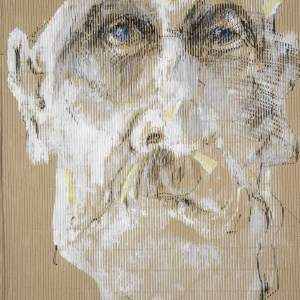 Autoportret Wojciecha Bukowieckiego. Wykonany białą farbą na prążkowanym brązowym kartonie.  Oczy mają wyraziste niebieskie tęczówki.