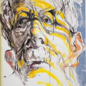 Autoportret Tadeusza Bukowieckiego. Starszy mężczyzna o szarych lekko opadających na czoło włosach  i białych wąsach.  Na twarzy ma żółte kreski poprowadzone przez lewy policzek,  brwi i brodę. Tło po lewej stronie jest białe, po prawej błękitne.