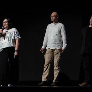 Na scenie Oskardu stoją od lewej: mówiąca do mikrofonu Renata Rudowicz, Tomasz Kulas i Marek Lapis.