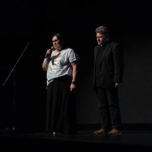 Mówiąca do mikrofonu Renata Rudowicz, obok niej Marek Lapis.