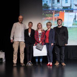Na scenie stoją od lewej: Tomasz Kulas, Justyna Kałużyńska-Markocka, Martyna Zgierska, Ewelina Rapeła i Marek Lapis. W tle zwycięska fotografia.