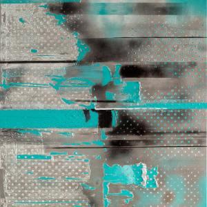 Obraz szaro-niebieski z czarnymi elementami. Tworzą go poziome paski o różnych szerokościach i długościach. Gdzieniegdzie pojawiają się białe kropki.