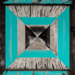 Kwadrat utworzony z czterech połączonych wierzchołkami i bokami trójkątów. Każdy z nich przeplatają szare i niebieskie paski.