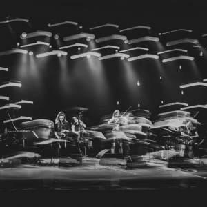 O.N.E Quintet na scenie Oskardu. Czarno-białe zdjęcie z efektem malowania światłem.