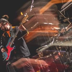 Gitarzysta z EABS. Zdjęcie z efektem malowania światłem.