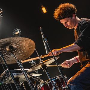 Perkusista z EABS Marcin Rak.
