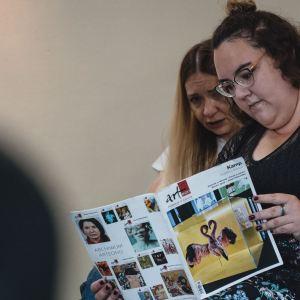 Trzy kobiety oddają się lekturze magazynu Arteon.