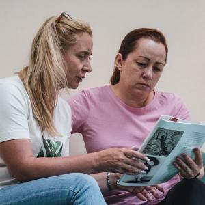 Dwie kobiety czytają magazyn Arteon.
