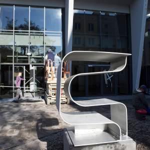 Aluminiowa rzeźba przed głównym wejściem do Oskardu.  Jest to jeden z elementów nowoutworzonego Parku Rzeźb.