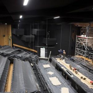 Sala główna kinowa. Rzędy foteli zabezpieczono czarną folią. Na scenie znajduje się rusztowanie.