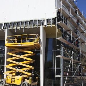 Żółty podnośnik przy zewnętrznej ścianie Oskardu.