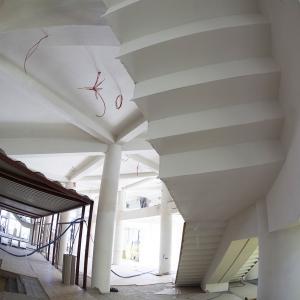 Hol główny. Widok spodu schodów oraz fragmentu boksu kasowo-szatniowego.