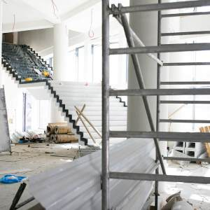 Remont Oskardu. Połowę planu zajmuje rusztowanie.  Na drugiej widać białe schody o czarnym wykończeniu.