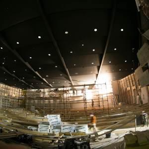 Główna sala kinowa. Sufit zbudowany z czarnych płyt z wmontowanymi światłami.