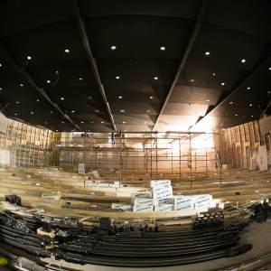 Główna sala kinowa. Czarny sufit.  Rusztowanie umieszczone pomiędzy rzędami.