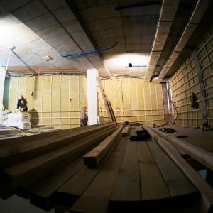 Mała sala kinowa. Drewniane szkielety ścian.