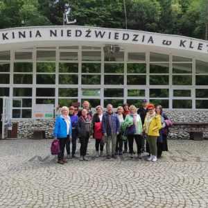 Uczestnicy pleneru pozują do grupowego zdjęcia przed pawilonem wiodącym do Jaskini Niedźwiedziej.