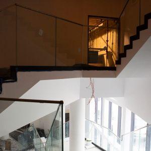 Widok ze schodów. na otwarte drzwi i schody.
