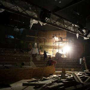 Oświetlona bocznymi lampami główna sala kinowa.