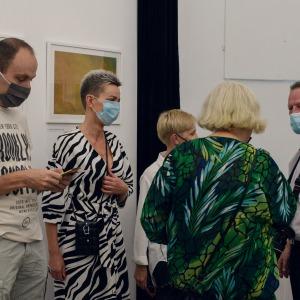 Uczestnicy wystawy prowadzą rozmowę.