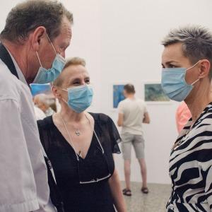 Justyna Kałużyńska rozmawia z fotografem i Krystyną Mikołajczak.
