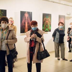 Uczestnicy wystawy Tadeusza Topolskiego po tytułem Leśne witraże. Sala Centrum Kultury i Sztuki w Koninie przy ulicy Okólnej.