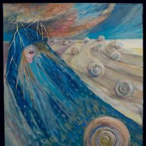 Obraz przedstawiający postać kobiety w niebieskim płaszczu wyłaniającą się z pola. Na polu ułożone są bele słomy. Kobieta ma oczy zasłonięte kapturem, w który uderzają błyskawice.