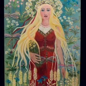 Obraz przedstawiający młodą kobietę o  długich blond włosach. Ubrana jest w czerwoną suknię bez ramion z trójkątnym wycięciem.  Widać nad nim białą bluzkę. W prawej ręce trzyma bukiet stokrotek. Stokrotki w formie przypominającej koronę ma także na głowie.