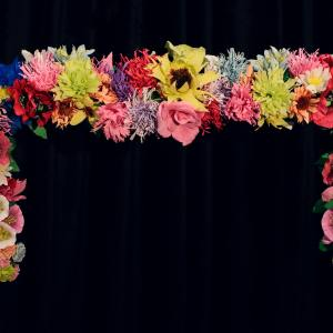 Ozdoba na drzwi z motywem kwiatowym. Kwiaty wykonano z bibuły.