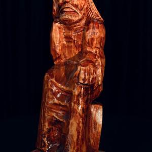 Drewniana figurka Jezusa w pozycji siedzącej. Na głowie ma cierniową koronę.