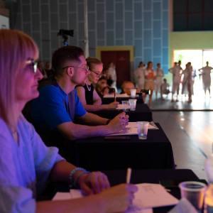 Jurorzy podczas pracy - siedzą za stołami i obserwują występy.
