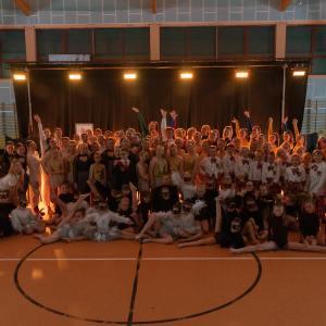 Zdjęcie grupowe uczestników z Młodzieżowego Domu Kultury w Koninie.