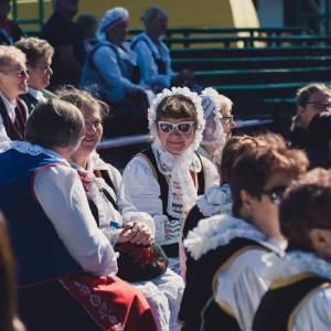 Na ławkach amfiteatru w Kramsku siedzą uczestnicy festiwalu.