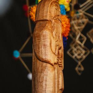 Zbliżenie na drewnianą rzeźbę.