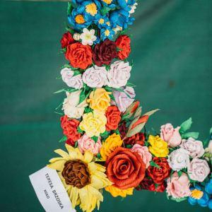 Praca Teresy Brzoskiej z Koła - kwiaty z bibuły.