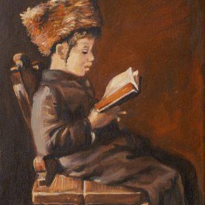 Żydowski chłopiec w tradycyjnymm stroju siedzi na krześle i czyta książkę
