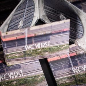 Na zdjęciu pociąg jadący po torach. Widok z góry.