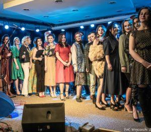 Grupa młodych kobiet na scenie