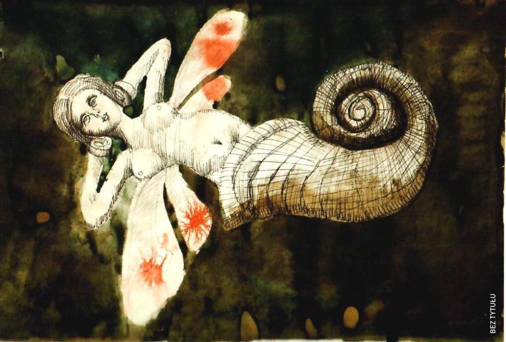 Grafika bez tytułu. Nagie ciało kobiety. W miejscu poniżej bioder muszla o skręconym spiralnie zakończeniu. Z pleców postaci wyrastają po dwie pary białych skrzydeł z czerwoną plamą na każdym. Ręce zgięte w łokciach trzyma za głową. Zamiast dłoni kopyta.