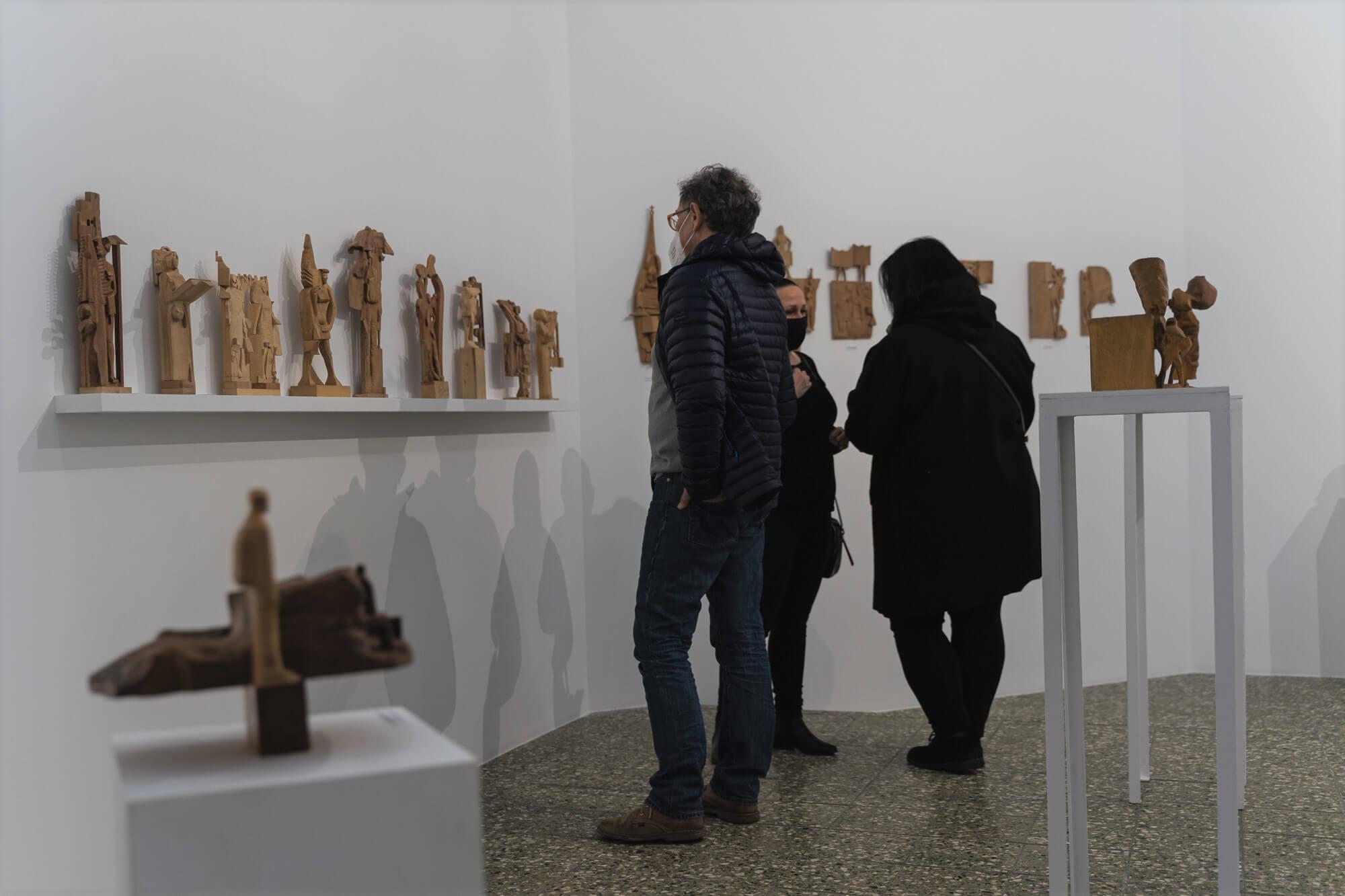 Kilka osób ogląda wystawę rzeźb w Galerii