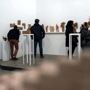 Kilka osób oglada wystawę w Galerii