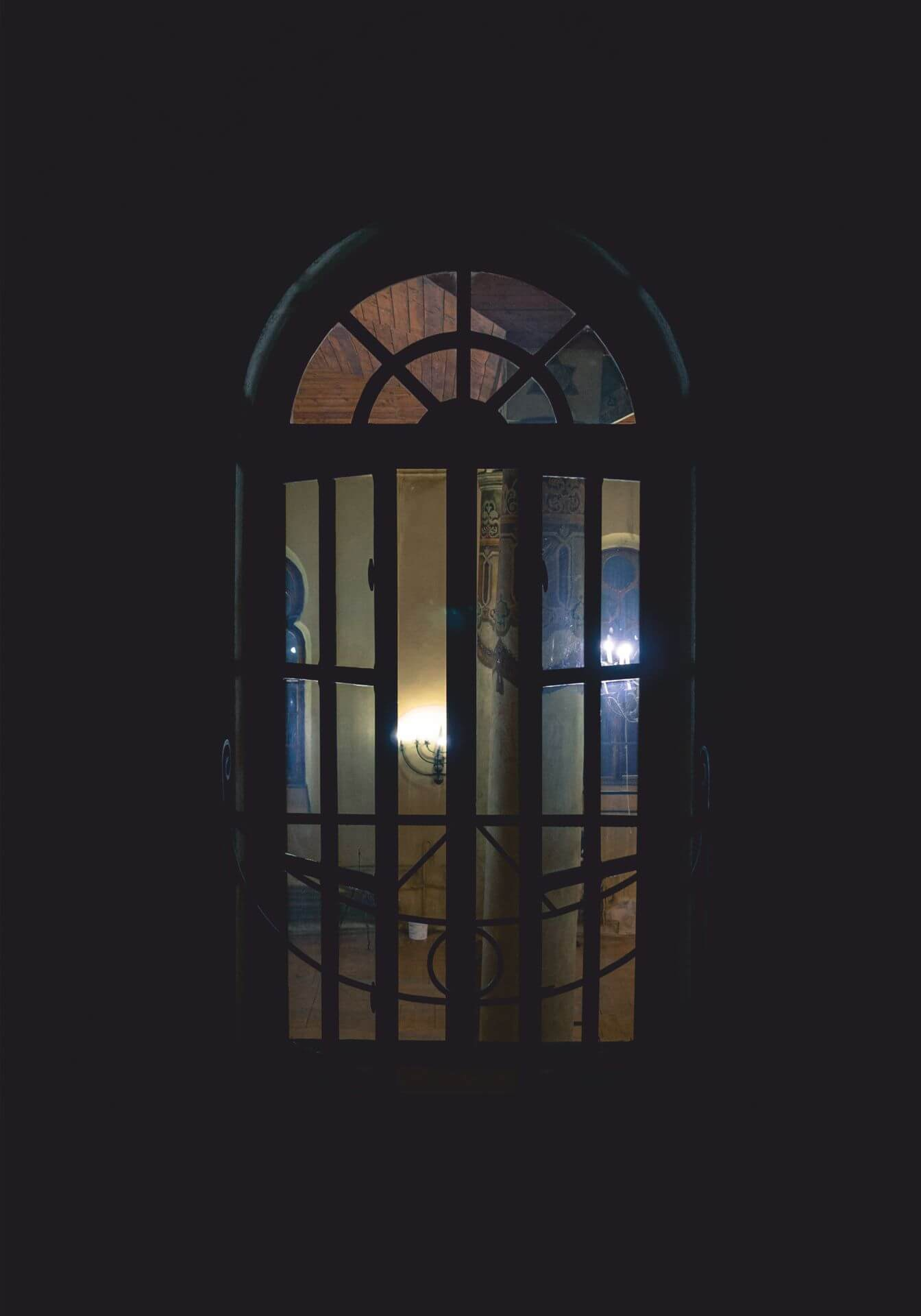 Widok wnętrza synagogi przez uchylone okno. Zdjęcie Moniki Gałązki.