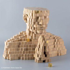 Zdjęcie przedstawia drewnianą rzeźbę