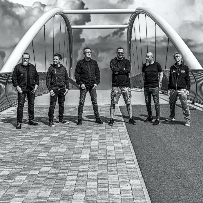 Na zdjęciu członkowie zespołu Strachy Na Lachy na tle wjazdu na most