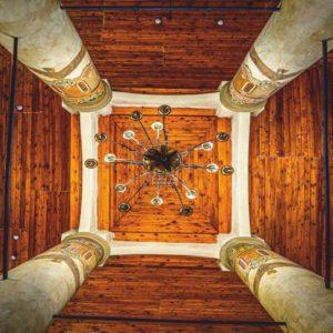 Zdjęcie wykonane z perspektywy żabiej, przedstawia sufit bimy w synagodze w Koninie