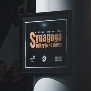 """Na zdjęciu plansza z napisem """"Synagoga odkryta na nowo"""""""