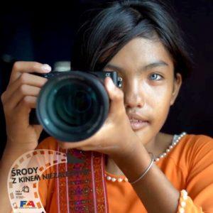 Naz zdjęciu dziewczynka z aparatem fotograficznym
