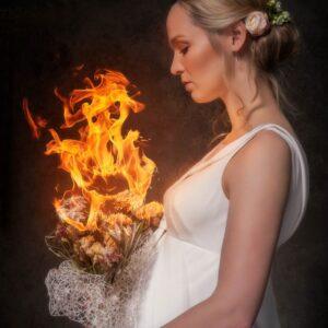 Fragment plakatu do filmu Wesele. Panna młoda z płonącym bukietem.